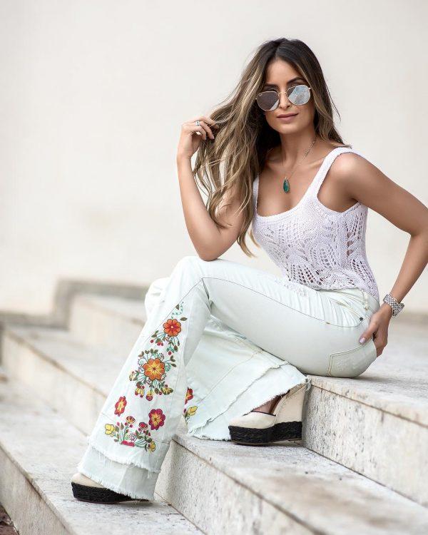 Calça Jeans Flare Com Bordados Na Lateral